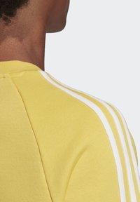 adidas Originals - 3-STRIPES CREWNECK SWEATSHIRT - Collegepaita - yellow - 6
