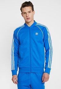 adidas Originals - ADICOLOR BOMBER TRACK JACKET - Chaqueta de entrenamiento - blue bird - 0