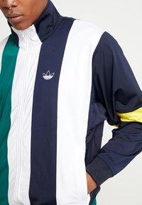 adidas Originals - BAILER - Verryttelytakki - legend ink/white/collegiate green - 4