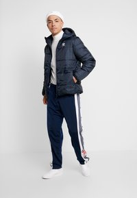 adidas Originals - ADICOLOR THIN PADDED BOMBERJACKET - Chaqueta de invierno - collegiate navy - 1