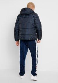 adidas Originals - ADICOLOR THIN PADDED BOMBERJACKET - Chaqueta de invierno - collegiate navy - 2