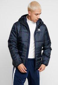 adidas Originals - ADICOLOR THIN PADDED BOMBERJACKET - Chaqueta de invierno - collegiate navy - 0