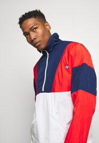 adidas Originals - SAMSTAG SPORT INSPIRED TRACKSUIT JACKET - Wiatrówka - red/white - 3
