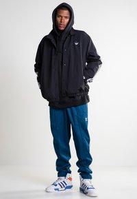 adidas Originals - TREFOIL COACH - Trainingsvest - black/white - 1