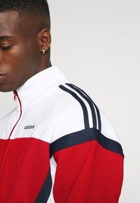 adidas Originals - CLASSICS  - Kurtka sportowa - scarle/white - 4