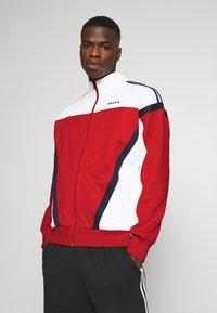 adidas Originals - CLASSICS  - Kurtka sportowa - scarle/white - 0