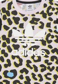 adidas Originals - TEE - Camiseta estampada - multicolor/clear pink/black - 3