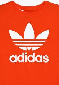 adidas Originals - TREFOIL TEE - T-shirt con stampa - active orange/white - 3