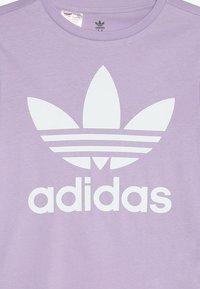 adidas Originals - TREFOIL  - T-shirts med print - purple glow/white - 3