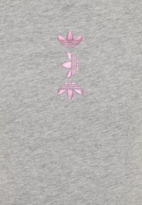 adidas Originals - LOGO TEE - Print T-shirt - medium grey heather/scarlet - 2