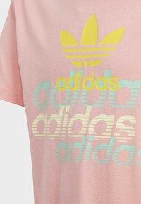 adidas Originals - GRAPHIC T-SHIRT - Printtipaita - pink - 5