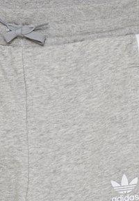 adidas Originals - TREFOIL PANTS - Verryttelyhousut - grey/white - 3