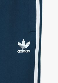 adidas Originals - TREFOIL PANTS - Verryttelyhousut - legend marine/white - 4