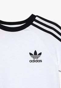 adidas Originals - 3 STRIPES TEE - T-shirt med print - white/black - 3