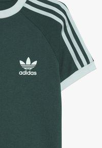 adidas Originals - 3 STRIPES TEE - Triko spotiskem - dark green - 3