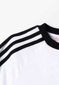 adidas Originals - 3 STRIPES TEE - Triko s potiskem - white/black - 2