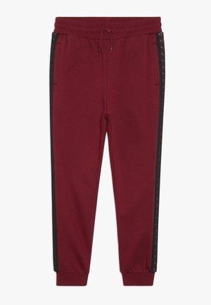 TAPE PANTS - Teplákové kalhoty - bordeaux