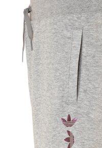 adidas Originals - LOGO - Pantalon de survêtement - medium grey heather/scarlet - 2
