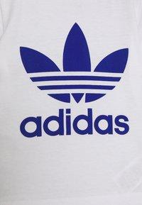 adidas Originals - TEE SET - Shorts - white/royblu - 3