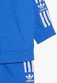 adidas Originals - NEW ICON SET - Trainingspak - blubir/white - 3