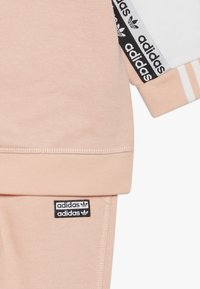 adidas Originals - CREW SET - Sweatshirt - glow pink/white - 4