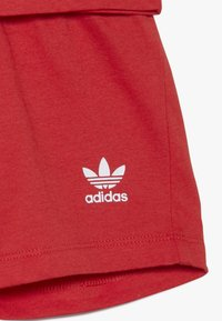 adidas Originals - BIG TREFOIL SET - Shorts - lusred/white