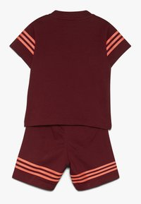 adidas Originals - OUTLINE SET - Short - burgundy - 1