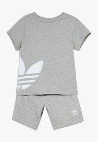 adidas Originals - TREFOIL SET - Trainingsbroek - mgreyh/white - 0