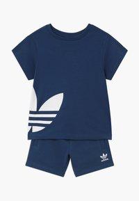 adidas Originals - TREFOIL SET - Pantalon de survêtement - dark blue - 0