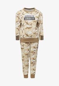 adidas Originals - R.Y.V. CAMOUFLAGE CREW SET - Sweatshirt - brown - 0