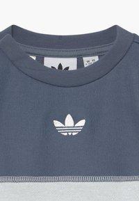 adidas Originals - OUTLINE CREW SET - Trainingspak - grey/white - 4