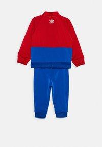 adidas Originals - BIG TREFOIL SET - Veste de survêtement - scarlet/royal blue/white - 1