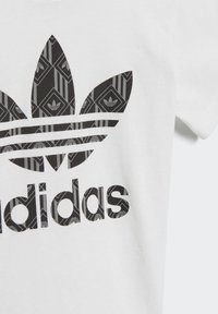 adidas Originals - SHORTS AND TEE SET - Shorts - white - 7