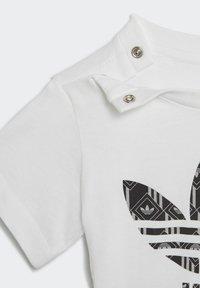 adidas Originals - SHORTS AND TEE SET - Shorts - white - 8