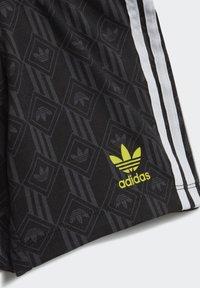adidas Originals - SHORTS AND TEE SET - Shorts - white - 9