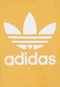 adidas Originals - TREFOIL TEE - T-shirt con stampa - real gold/white - 3