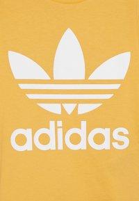 adidas Originals - TREFOIL TEE - Print T-shirt - real gold/white - 3