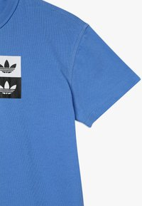 adidas Originals - Triko spotiskem - blue - 3