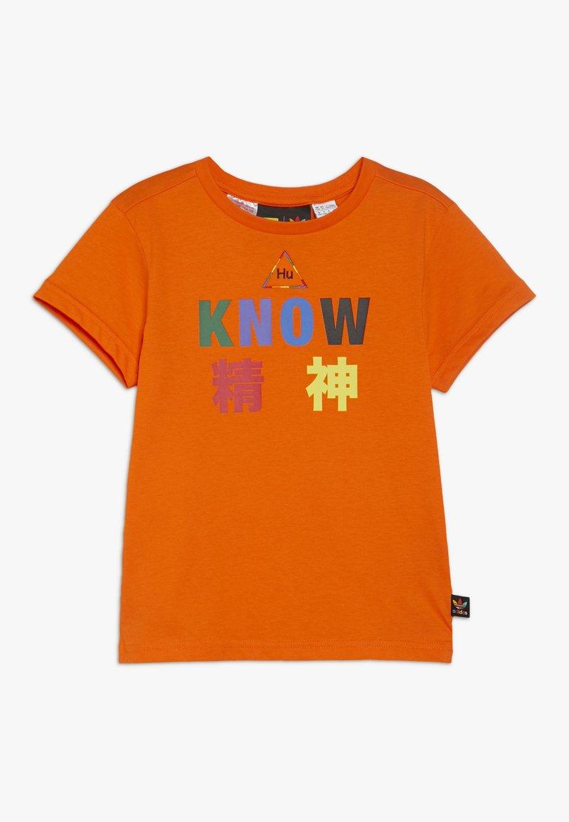 adidas Originals - PHARRELL WILLIAMS TBIITD TEE - T-shirt z nadrukiem - orange