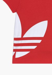 adidas Originals - BIG TREFOIL - Print T-shirt - lusred/white - 3