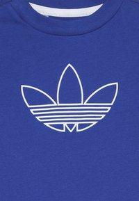 adidas Originals - OUTLINE TEE - Print T-shirt - royblu/white - 3