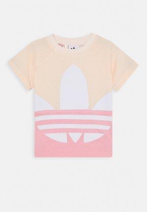 BIG TREFOIL TEE  - T-shirts print - pink/white