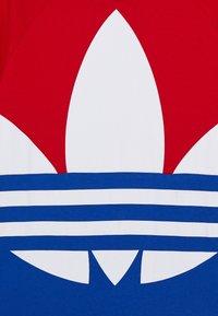 adidas Originals - BIG TREFOIL TEE - T-shirt con stampa - scarlet/royal blue/white - 3