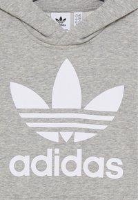 adidas Originals - TREFOIL HOODIE - Jersey con capucha - medium grey heather/white - 2