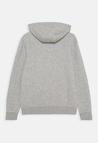 adidas Originals - TREFOIL HOODIE - Jersey con capucha - medium grey heather/white - 1