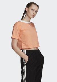 adidas Originals - CROP TOP - T-shirt z nadrukiem - orange
