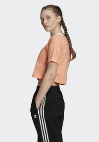 adidas Originals - CROP TOP - T-shirt z nadrukiem - orange - 3