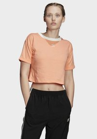 adidas Originals - CROP TOP - T-shirt z nadrukiem - orange - 0