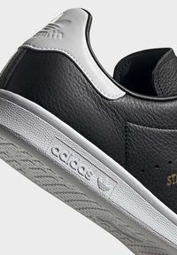 adidas Originals - STAN SMITH SHOES - Sneakers basse - black - 6
