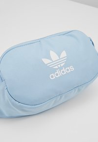 adidas Originals - ESSENTIAL - Gürteltasche - clear sky/white - 6